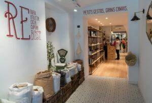 Vista de la tienda El Rebost, con sus productos a granel.